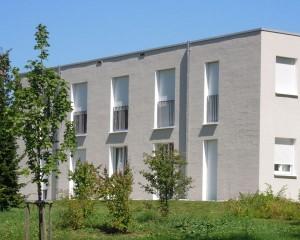 Fassade mit horizontalem Besenstrich